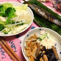このお昼ご飯何キロカロリーくらいですか? 手前のはかんぴょう、おからサラダ、ひじきです。ヤマメは60gくらいです。