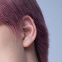 SEVENTEENのディノくんについてなんですけど、ディノくんって耳あけてるんですか? 耳たぶとか軟骨とかに透明のテープが見えるんですが…