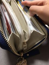 メルカリでケイトスペード の財布を買いました。 箱も付いていたのですが、本物かわからなくなってきました 調べてるとこの形のタイプのケイトスペード の財布がでてこないのですが偽物なのでしょうか? 財布の中...