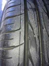 タイヤの亀裂について タイヤを点検していたところ、1つのタイヤに画像のような小さな亀裂がありました。 しかしまだ溝もまだ十分あるようです。 まだ使っても大丈夫でしょうか?よろしくお願いします。