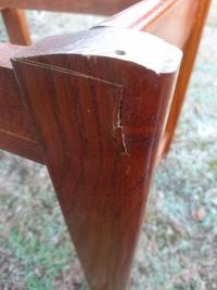(画像あり)釘による木材の割れの補修  古い椅子のフレームを補修しています。画像の脚上部なのですが、以前上から釘が打ち込まれていた跡があり、脚の端の方に斜めに打ち込まれため、脚の表面 が割れたようにな...