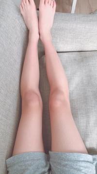 【画像あり】  私の足の形がおかしいとよく言われるのですが どうしたら綺麗な足の形になりますか ??  マッサージ方法とかあれば 教えて頂きたいです 。