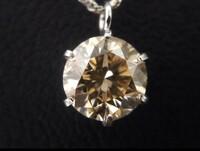 このダイヤモンドネックレス、元値はいくらくらいだったのでしょうか?  最近、リサイクルショップで安いダイヤモンドのネックレスを発見。はっきり欠点のわかる石でしたが、それも含め気にい って購入しました...