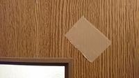 ポリ合板について質問です。  ドアにポリ化粧合板が使用されています。 経年のガムテープですが、綺麗に剥がせれるものでしょうか?