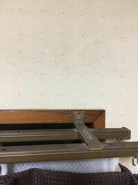 カーテンレール、取り付け部の割れ補修方法 カーテンレールの取り付け部に、亀裂が入り穴も大きくなってしまい、レールがズリ落ちてきました。  亀裂と穴はどのようにすれば直りますか?  当て木をして、その上か...