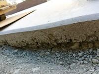 土間コンクリートの駐車場を施行してもらいました。 打って2日後に型枠を外してもらいそれから5日後から使用してふと側面をみると画像のような状態で少しほりおこすと全面同じでした。 恐ら くは柔らかい状態で型枠を外して周囲の砂利石がめり込み巣食ったような感じになっている?これは通常の状態ですか?それとも業者に手直しをしてもらう類のものですか?