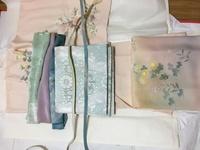 帯揚げと帯締めについてアドバイスをお願いします。 お宮参りの時に着る訪問着にはどれがあうでしょうか? 訪問着は淡いピンク色で帯は水色系です。 持っている帯揚げは薄緑、紫、青で、帯締 めは薄緑、青です。