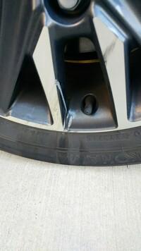 交通事故に遭い、ホイールが損傷しました。 タイヤもその影響で擦れています。 タイヤは交換で進めてよろしいでしょうか? 早めに回答頂けると助かります。 よろしくお願いいたします。