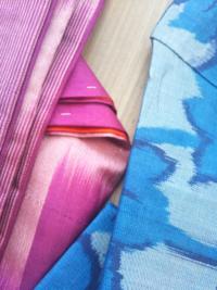 この着物の生地は何という織物かおわかりになる方いませんか。 ピンク 袷の着物 胴裏は綿 青 単衣の着物 光が透けるような薄さ どちらも化繊ではなさそうです。 2枚とも宜しくお願いします。