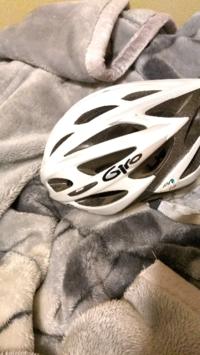 ジロの自転車用ヘルメットなんですが、画像のものは子供用なんですか? ジロのロゴが丸文字のようで子供用か女性用なのかと思い質問しました。 フリマで見つけてかぶってみて問題なかったんで購入しました。 ロードバイク乗る時に大人の男性がかぶってたら変ですか? ロードバイク乗ってる人たちに笑われたりしますか?