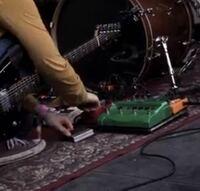 ギターのエフェクターでこの緑の長方形の機材わかる方いらっしゃいますか?