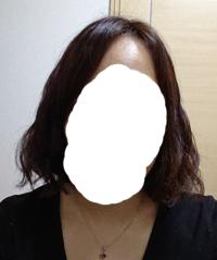 今日初めて美容院にてデジタルパーマをしましたが、写真のように三角形のような髪型になってしまっていて、想像と違うものでショックです…。 どうすればボリュームを抑えたり三角形にならないように出来ますでしょうか?