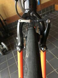 クロスバイクのブレーキパッドなんですが左右高さが違い画像右側の方が高いんですが問題ないですよね? 怖いので一応。。。