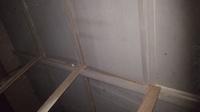 自宅の納戸の屋根裏の写真です。 ラミネート天井が 少したわんでいたので 屋根裏に上ったところ 木が外れていました。  下からラミネート天井を押し上げて 細い釘のようなもので打ち込めば いいのでしょうか