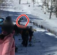 かぐらスキー場第5ロマンスリフトに初めて行きました。長蛇の列でした… いつもこんなに並ぶのですか? オジサンからすると一列並びは慣れないけど… あと、普通並んでてもコースは開けますよね!? ほぼこんな状...