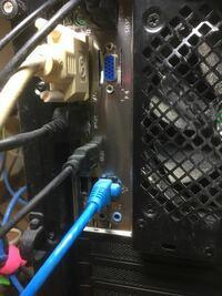 デスクトップパソコンの後ろのこの青いコードは抜いても大丈夫ですか? 硬くてなかなか抜けないのでこのまま無理やり抜いていいものなのかがわかりません。