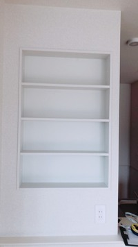 奥行き10㎝の棚の収納について相談です。  もうすぐ転居するのですが、リビングに奥行き10㎝しかない4段の棚があります。 ここの棚以外に小物を収納できるクローゼットがなく、ここに小物を 収納できるような...
