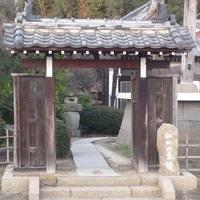 この、お寺の通用門は、江戸時代に地元地域の家に、あったものを一度バラして、お寺まで運んでいき、また組み立てて寄進されたものという噂もあります、寄進するとなると、どのくらいの金額(何 両)が必要ですか?