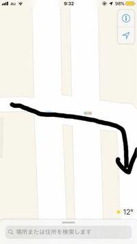 写真のような交差点を原付で右折したい時、原付は右によってから右折した方が良いのでしょうか? 止まっている細い道は白線のない道路です
