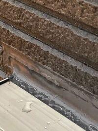 外壁サイディングのコーキングについて質問です。 コーキング剤がサイディング表面まで施工されているので施工が雑ではないかとやり直しを要求しました。 しかし、現場監督からは「サイディングの凹凸が深いモデ...
