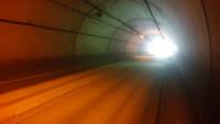 トンネルは車道を自転車で走った方がいいですか? 結構暗く、歩行者用の側道も道幅が狭く、交通量もかなり少なかったので、下りだから車道を走った方が早いかなと?  念の為、懐中電灯付けて側道を歩きましたが、...