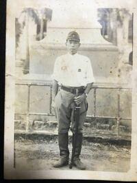 陸軍軍人だった曽祖父の写真です。 戦時中に戦地で撮影された写真の様ですが、 詳細がわからないのでこの写真からわかる事を教えて下さい。 それと軍服の詳しい名称等も教えて下さい。 階級は軍曹か曹長と聞いて...