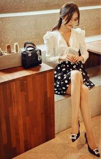 女性の私服のオフィスカジュアルに、ドットや水玉、花柄スカートは許されますか?