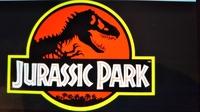 漫画アニメ金田一少年の事件簿のアニメロゴはなんで映画ジュラシック・パークジュラシック・ワールドのタイトルロゴに似せているんでしょうか? 丁度ジュラシック・パークのティラノサウルスの ロゴは左向きで金...