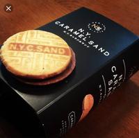 ニューヨークキャラメルサンド というお菓子があります。 GW明けに東京へ行くのですが、お土産に買って帰ろうと思ってます。 帰るところを検索したところ、大丸と東京駅しかわかりませんで した。 購入できるところを教えて欲しいです。 よろしくお願いします