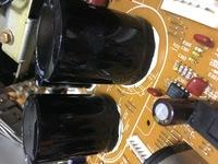 現在オーディオのパワーアンプのコンデンサーの交換をしているのですが写真のようにコンデンサーが接着剤のようなもので基板に固定されているのですがこの接着剤を剥がすなにかいい方法はないで しょうか?