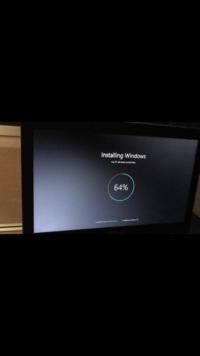 パソコンの初期化です。 助けていただきたいです。   ASUSのE200HAが動作が重くなったために初期化を行ってから、パソコンを立ち上げてからずっと立ち上げスクリーンから一瞬画像の画面が出 てまた落ちて立ち...