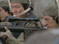 「大都会PART2」の「射殺命令」という話を見ていたのですが、SATの前身の六機狙撃班? と思しき人たちがM16を使っていました。しかしここで疑問が。  狙撃班のライフルはどう見てもAR15(M16)のA2型なんですが、M16A2が米軍で採用されるのは1980年代に入ってからの筈。 しかし、この話の放送は1978年3月14日。当時は「M16A2」としてはまだ試作段階だったはずです。どう...