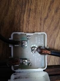 分配器の故障ですか? 祖母の家の分配器なんですけど、out1の方のケーブルでは地デジがしっかりとうつるんですが、2の方では受信が0です。 一応ケーブルとプラグは新品と交換してみたんですけど、改善されません。