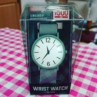 ダイソーの500円腕時計は連続秒針ですか? それともカチコチうるさいですか?