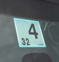 車検シールに関してご質問です。  先日、車検を済ませ、オートバックスより画像にあるようなシールが送られてきました。 厳密には自動車のフロントガラに貼付する必要があるようですが、こちらはダッシュボード...