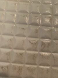 お風呂の床が、ずっとこのような汚れ?剥げ?な状態です。 こすっても全く落ちません。  重曹、クエン酸、ハイターなど、ネットで調べた掃除方はやってみましたが全く変わりないです。   どなたか知恵を貸して下...