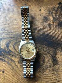 ロレックスの時計について質問です。 お爺ちゃんが使っていたロレックスの時計を貰ったのですが、 コマが足りなく買いたいのですがモデルも分からず困っております。 今地方で働いておりまして近くにロレックスのお店もありません。  書いてあるのはoyster perpetual date just 63113とあります  どなたかモデルと数字の番号? 16233など を教えて頂けますでしょうか。 よろ...