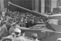 国力増強と一党独裁体制・専制政治体制について質問です。  ナチス・ドイツや旧ソ連は、一党独裁体制の下、軍備を増強させる計画経済を推進させ、それと同時に国力増強を行った。 それと帝政ドイツや帝政ロシアなどの皇帝や王族が君臨する専制政治体制の国家も、国力増強を推し進めたのですが、ここで質問です。 ナチス・ドイツや旧ソ連などの一党独裁体制国家と帝政ドイツや帝政ロシアなどの王族や皇族、貴族など...