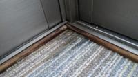 サンルームの床から水が染みてきます。 ウッドデッキの上にサンルームを建てましたが、 最近床の側面から水が染みてきます。  外側か内側から水漏れを防げるような ボンドのようなものはないのでしょうか??  知恵をおかしください。