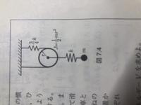 重心の移動と回転、質点の移動から運動エネルギーを求める問題です。 この時回転によるエネルギー1/2J(dθ/dt)^2を考える際 重心の移動と回転の関係からx1=rθと解答で記されているのですがピン ときません。rθはバネの伸び(縮み)に等しく、動滑車なので重心の移動x1=(1/2)rθと考えてしまいます。どのように理解したらいいのかご教授お願いします。