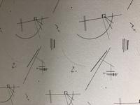 我が家の部屋の壁の模様なのですが、この幾何学模様の様なものがなんなのか分かる方いらっしゃいますか?