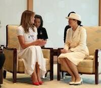 皇后陛下 通訳以上の英語力があります でも皇室外交とは、公人同士の会話であり 個人の友達との話とは違うので やはり 国賓をもてなす主賓としては自分より英語力の 劣っている外務省の役人の通訳を通して話...