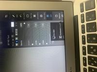 MacBook Air初心者です。 なぜか下の画面が切れて見えないのですが、なぜでしょうか。。。 全くの初心者なので、どう設定すればいいのかわかりません。 どなたか直せる方いらっしゃいますか ?