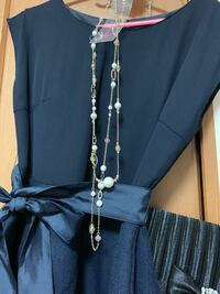 結婚式 ネックレス マナー 無知ですみません。 この歳になって初めて結婚式に参列します。(27.女)  ネックレスを買ったのですが、どう思いますか?有りか無しでいうと、、 安っぽいかんじですかねぇ?