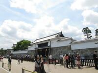 金閣寺、二条城の所有者は京都市なのでしょうか? THE京都の清水寺は現役で年末の一文字とかで住職がTVに出ますが金閣寺、二条城は現実過去の遺産で業務に使用されていない様に思われます。  まさか一般個...