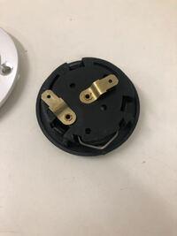 ホーンボタンの取り付けに関して質問いたします。 このホーンボタン、2極なんですが、外側に金属が出ており、ボスの内側でアースが取れるようになってませんか?  この場合、どうすれば取り付けできますか?  プ...