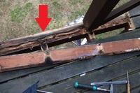 ウッドデッキの補修方法を教えてください  ウッドデッキの床板を剥がした写真です。 赤矢印の大引 の上側が結構腐っています。 大引は巾10㎝×厚み30㎝程です、腐っているのは(たぶん)上側3㎝くらいです。  大引を交換するとなると大仕事で、業者に依頼したらデッキの作り直しになりそうです。 他の部分を考え、5-10年程度持たせたいので、DIYで補修を考えています。  今考えている...