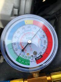 ダイハツ ムーブコンテ L575Sのエアコンガスについてです。 エアコンガスの充填する際低圧側に繋いで補充しますが、低圧側の圧が異常でレッドゾーンまで上がってます。 考えられるのが過充填ですが、過充填の場合...