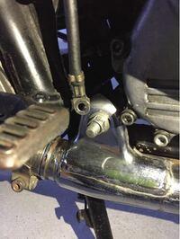 マフラーのエキパイを変えたら穴が1つたりず線が余ってしまいました。この線はなんですか? マフラーにつけた状態だとエンジンがかかります ステーなどで止めれば大丈夫でしょうか?
