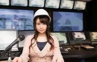 日本海地震情報のTVのばからしさ。 山形TVの女子アナが、写真のようないで立ちで報道していました。 こういう演出をばかばかしいと思いませんか。  同じものでは、警察署の前での報道。 情報は警察からしか流れないのに、「警察署の前での報道」も単なる演出です。